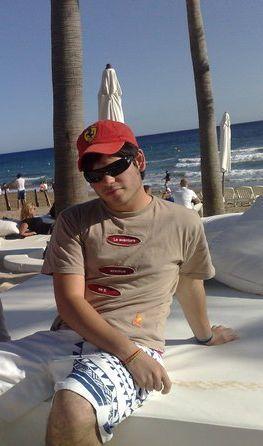 Bañador Quiksilver, camiseta Cazique,  y gorra de Ferrari